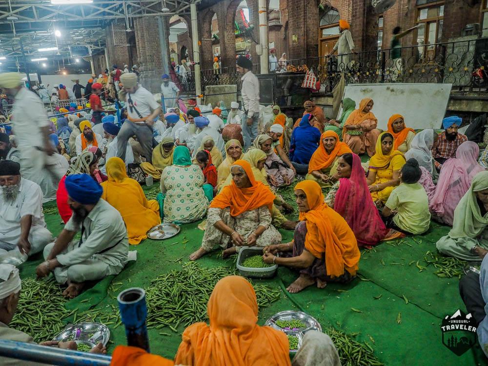 Volunteers peeling vegetables in the Golden Temple in India