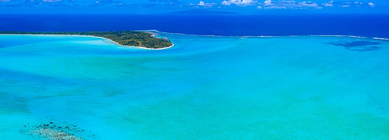 It´s fun to see the different colours of the water inside and outside the lagoon in bora bora