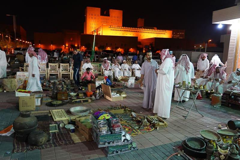 Местные арабы на аукционе. Главные события в Эр-Рияде, столице Саудовской Аравии. Главные события в Эр-Рияде, столице Саудовской Аравии. DSC01772