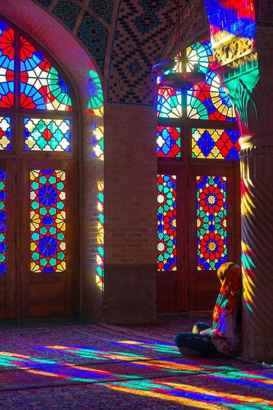 Внутри прекрасной мечети Насир аль-Молк, также известной как Розовая мечеть. Шираз Главные события в Ширазе, сердце персидской культуры. DSC06302