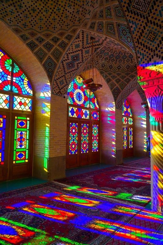 Внутри прекрасной мечети Насир аль-Молк, также известной как Розовая мечеть. Шираз Главные события в Ширазе, сердце персидской культуры. DSC06342