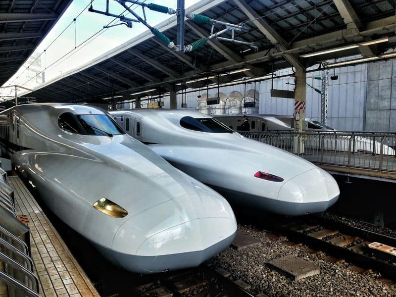 Сядя на скорый поезд в Японии, Shinkansen может сломать ваш бюджет.