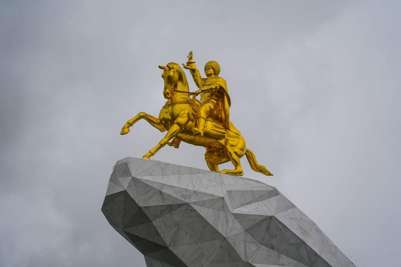 Статуя Золотой Конь в Ашхабаде