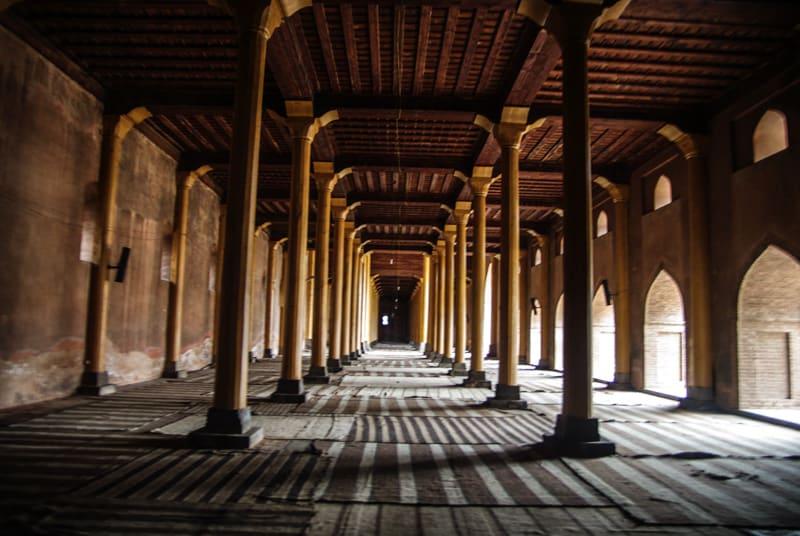 внутриВне знаменитой мечети Джамия Масджид