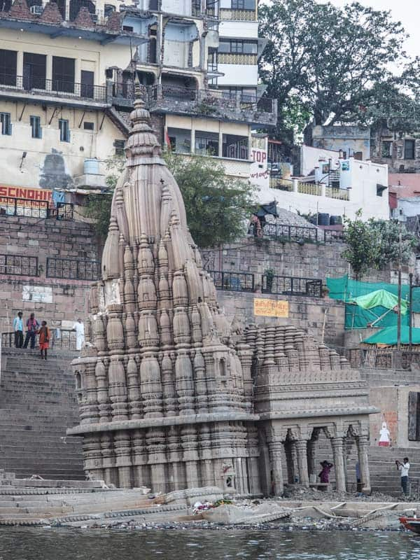 The sinking temple at Scindia Ghat