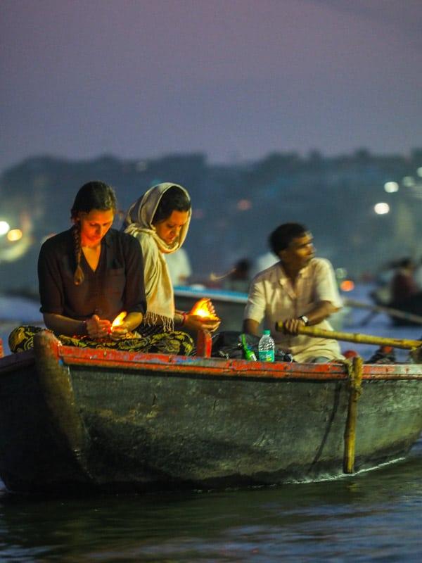 выпусти свечу цветка лотоса на реку и загадывай желание Путеводитель по Варанеси Путеводитель по Варанеси – самому святому городу Индии P3161188 2