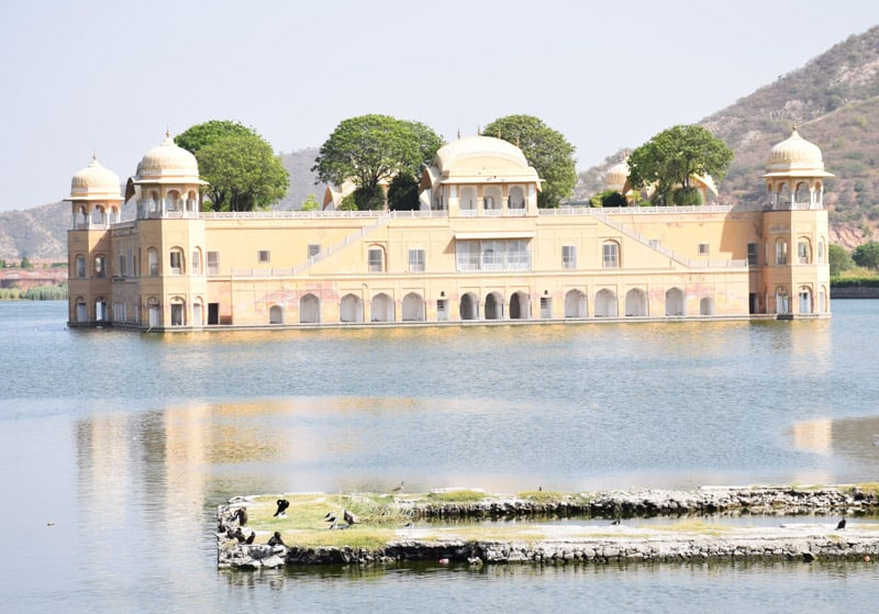 Jal Mahal in the middel of Mansarovar lake.